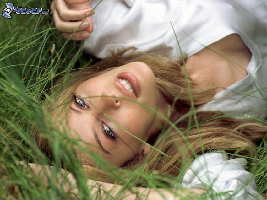 Kylie Minogue, dziewczyna w trawie