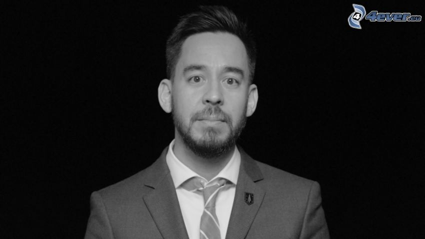 Mike Shinoda, czarno-białe zdjęcie