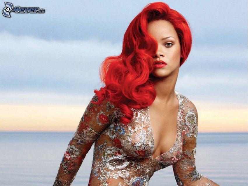 Rihanna, czerwone włosy, morze