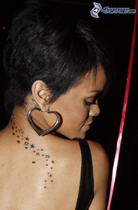 Rihanna, tatuaż na plecach, gwiazdy