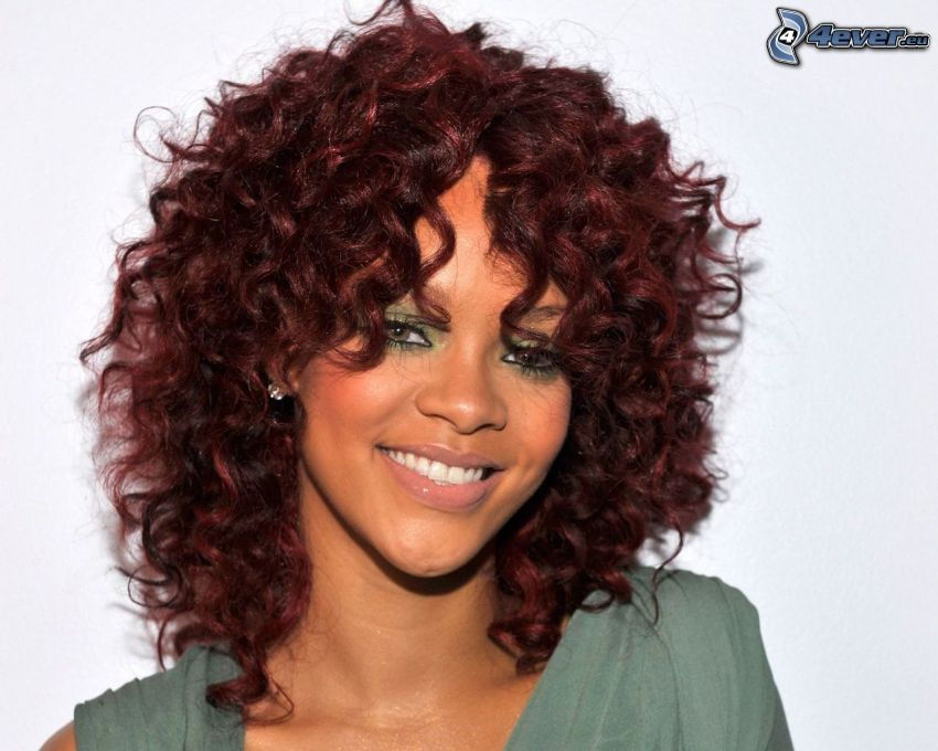 Rihanna, uśmiech, kręcone włosy