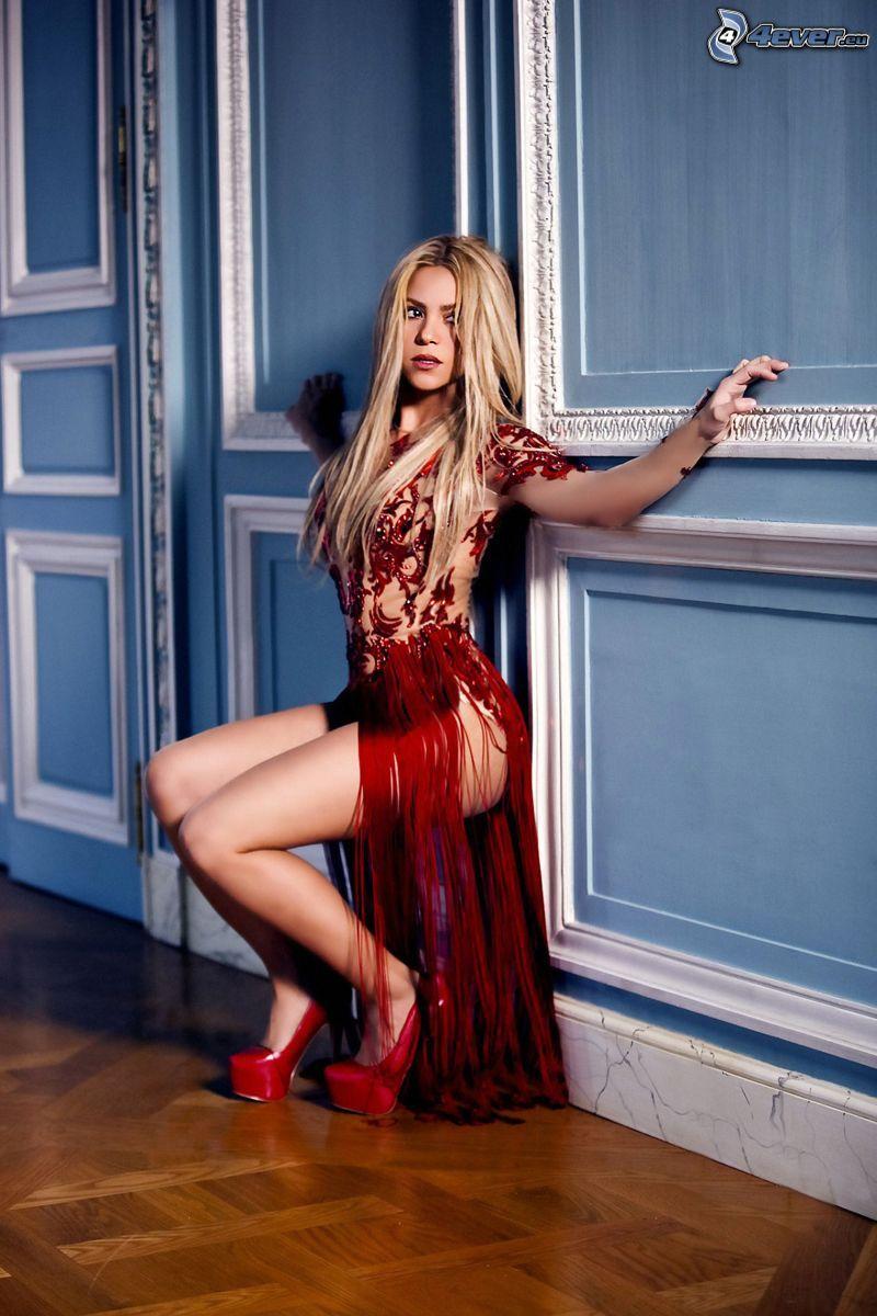 Shakira, czerwona sukienka, szpilki