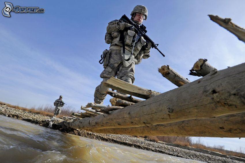 żołnierz, drewniany most, rzeka