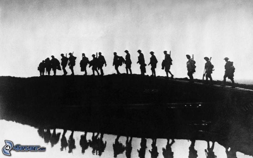 żołnierze, czarno-białe zdjęcie, sylwetki ludzi