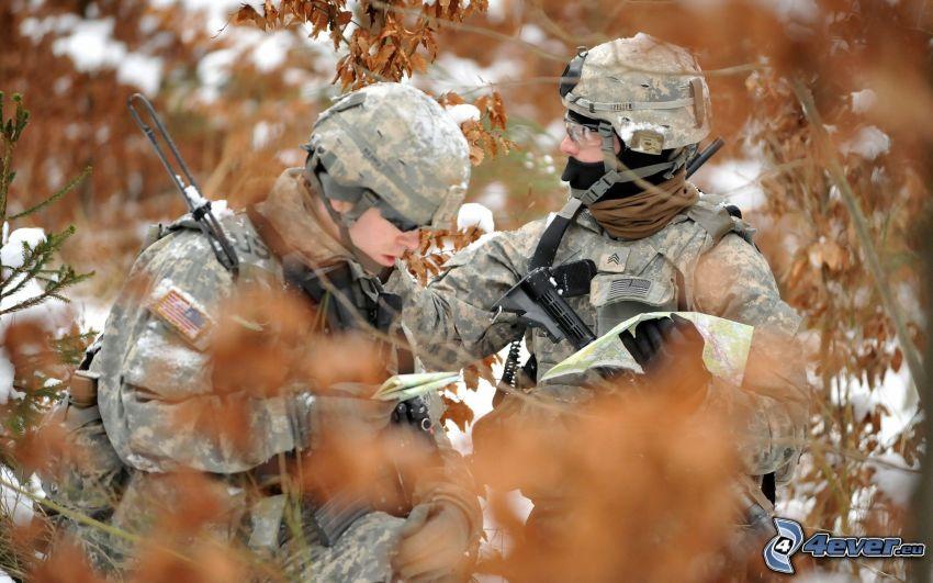 żołnierze, suche liście