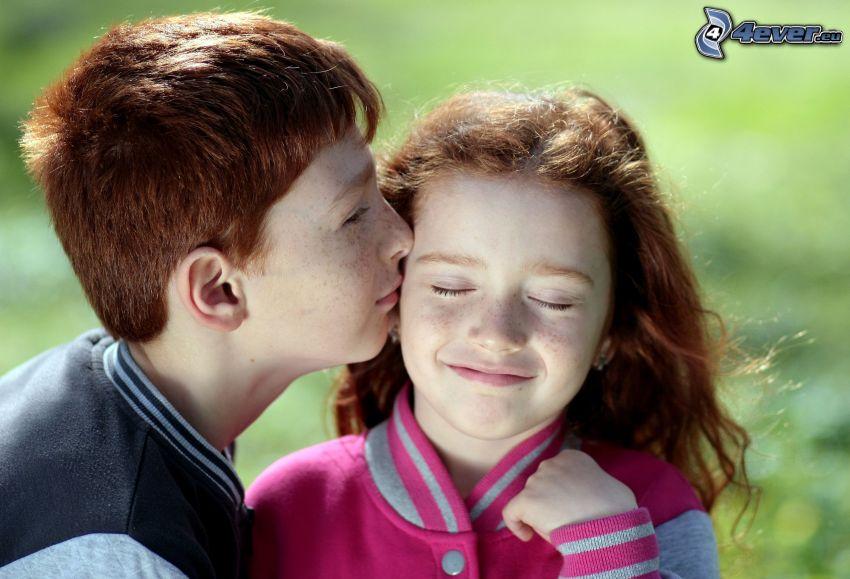 dzieci, para, pocałunek, uśmiech