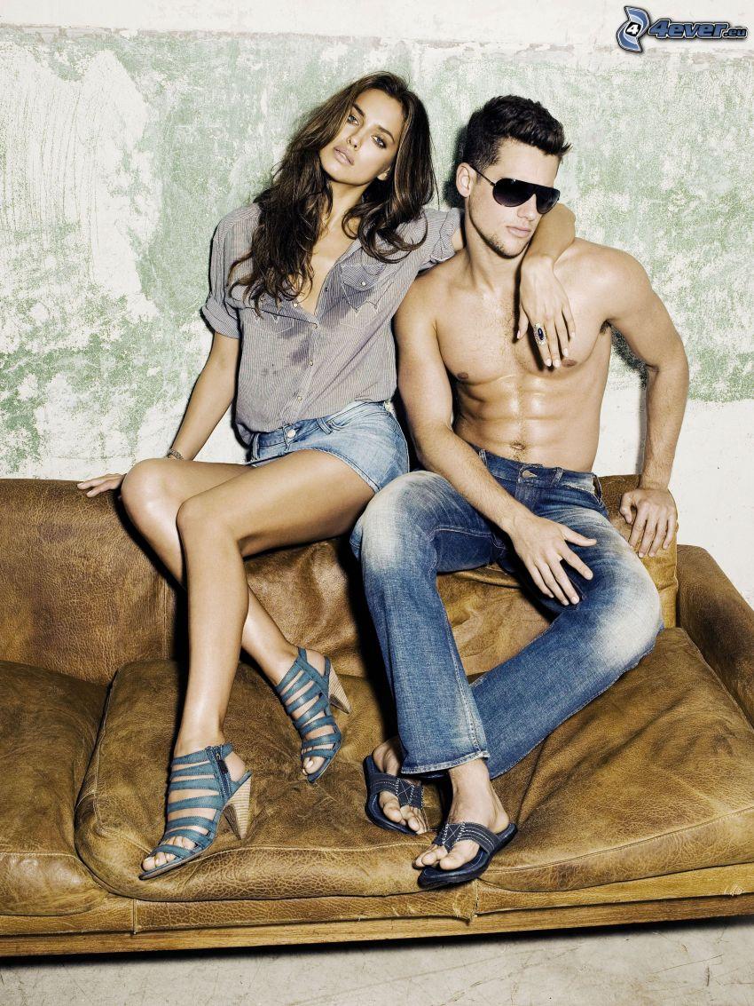mężczyzna i kobieta, sofa