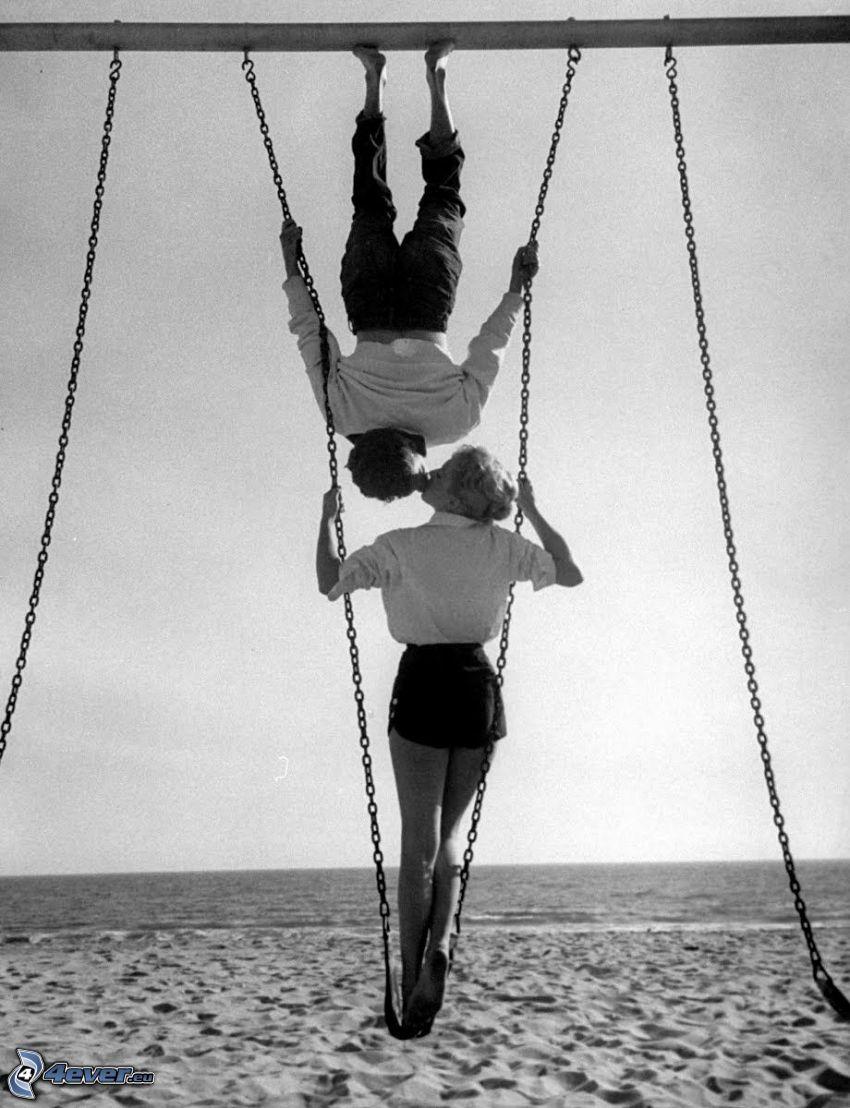 para, pocałunek, huśtawka, czarno-białe zdjęcie