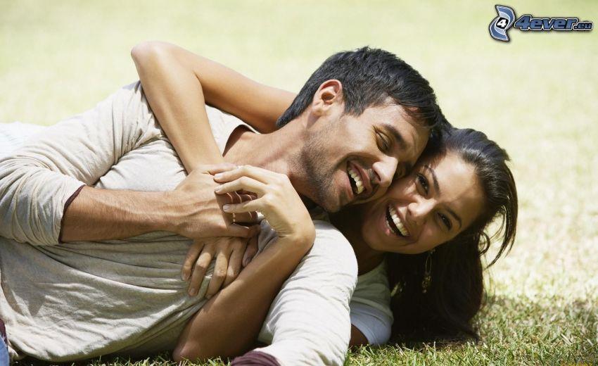 para na trawie, objęcie, szczęśliwa para