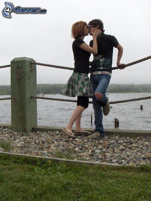 para przy jeziorze, pocałunek, miłość