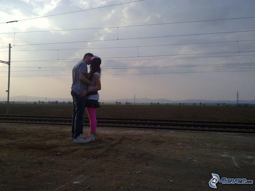 pocałunek, para, objęcie, tory kolejowe, kolej żelazna, pole