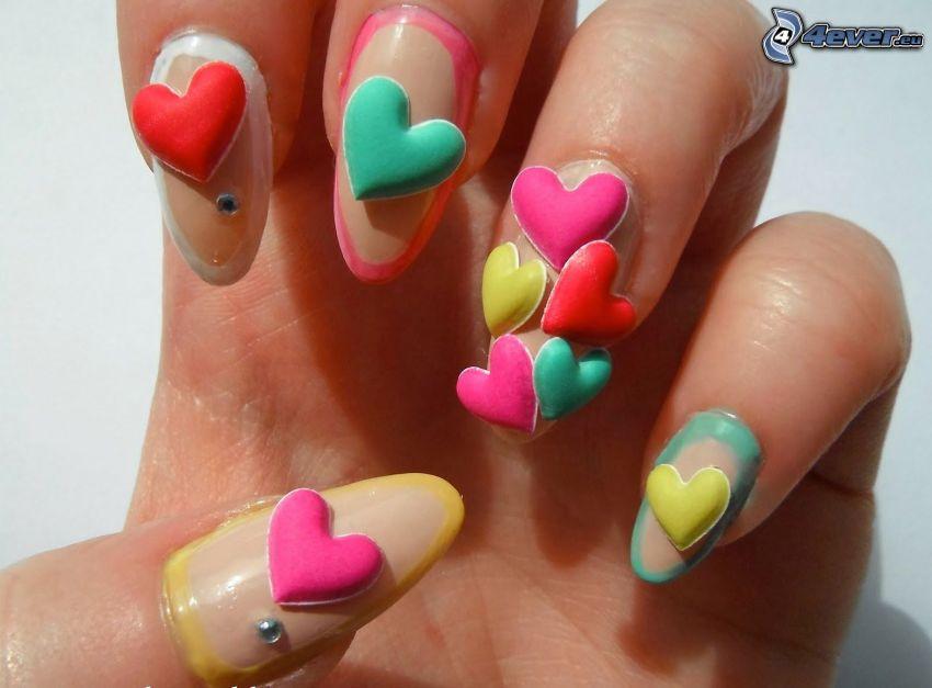 serduszka, pomalowane paznokcie