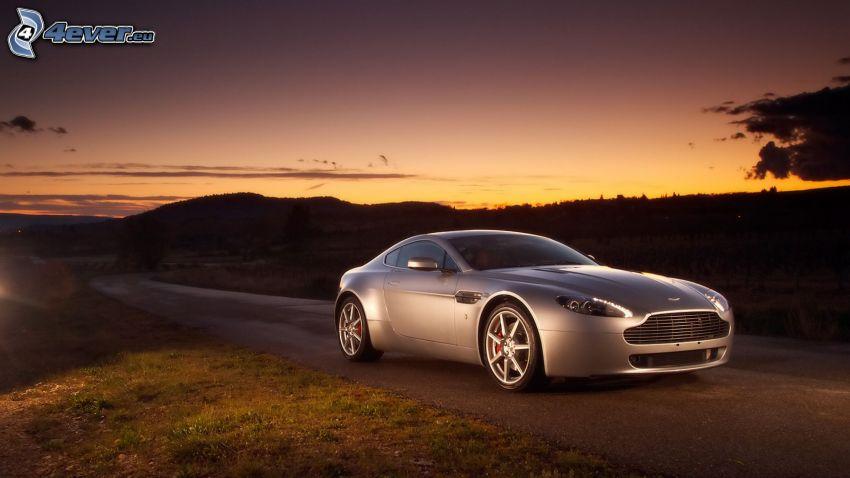 Aston Martin, wieczorna ulica, zorza wieczorna