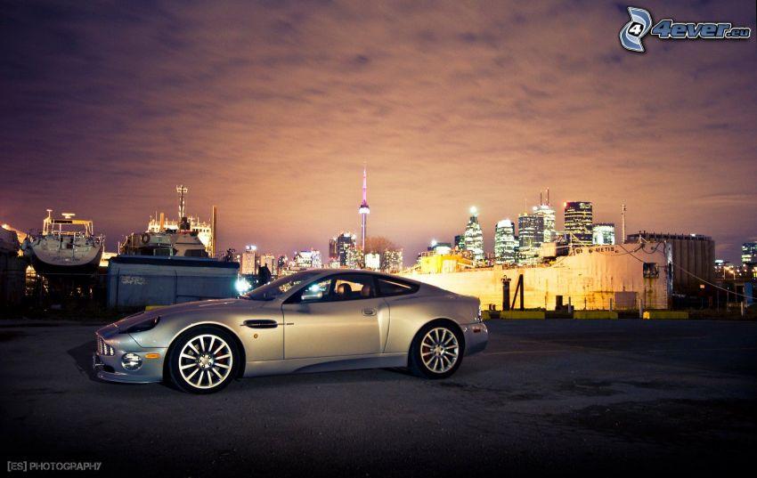 Aston Martin Vanquish, miasto nocą