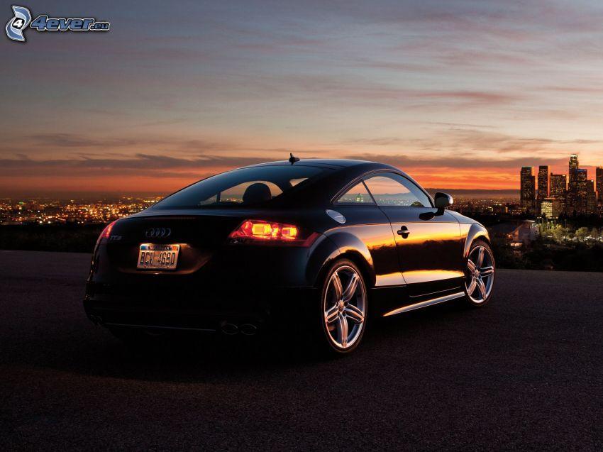 Audi TT, miasto wieczorem