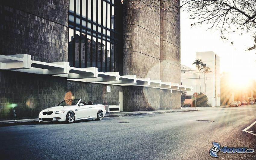 BMW, kabriolet, ulica, budowla, zachód słońca w mieście