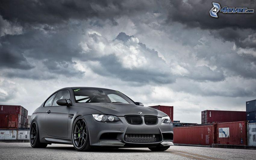 BMW M3, kontenery, ciemne chmury