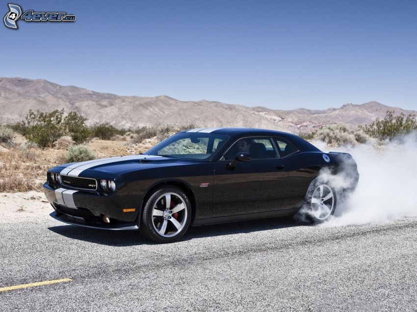 Dodge Challenger, burnout, dym, ulica, pasmo górskie