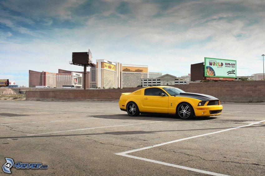 Ford Mustang GT 520, wieżowce, parking