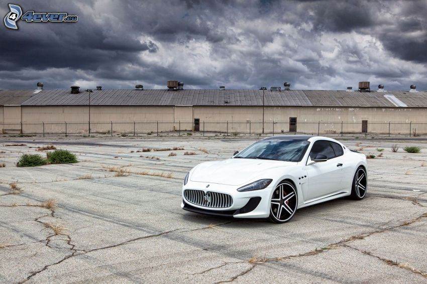 Maserati GranTurismo, ciemne chmury, budowla