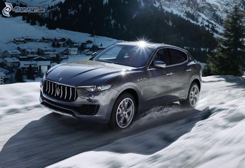 Maserati Levante, śnieżny krajobraz, wioska
