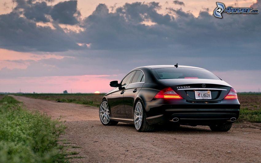 Mercedes CLS 63, polna droga, chmury