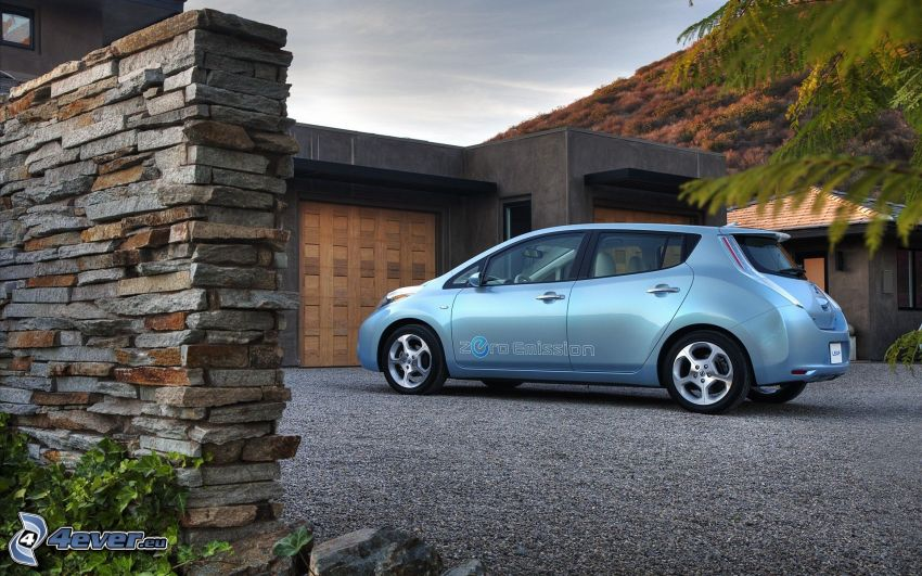Nissan Leaf, garaże, murek