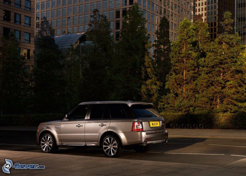 Range Rover, drzewa, budowle