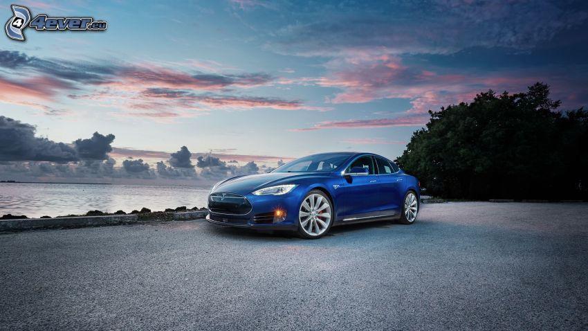 Tesla Model S, morze otwarte, chmury