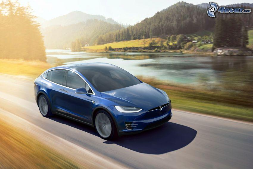 Tesla Model X, rzeka, wzgórza, prędkość