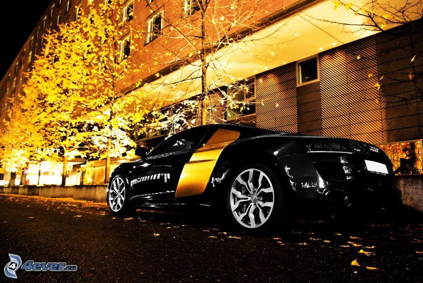 Audi, sportowe auto, żółte drzewa, blok mieszkalny, wieczór