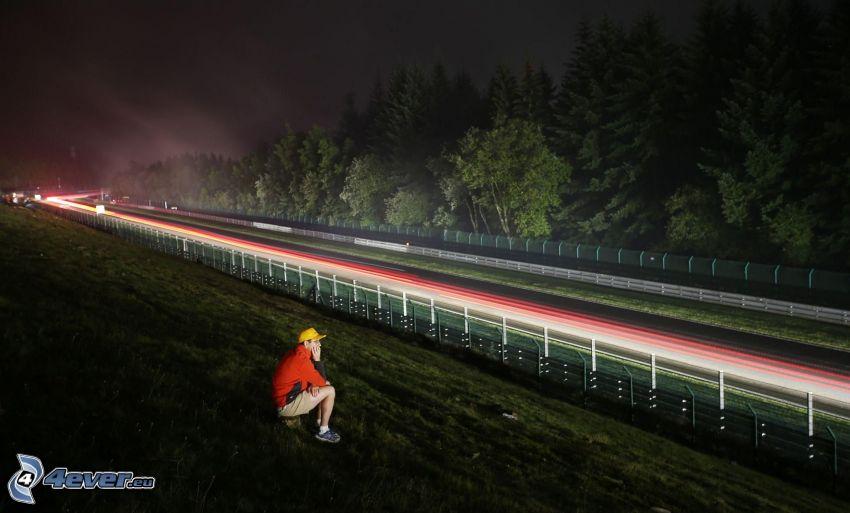 autostrada nocą, światła, mężczyzna