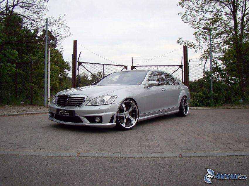 Mercedes CLS 63 AMG, płot