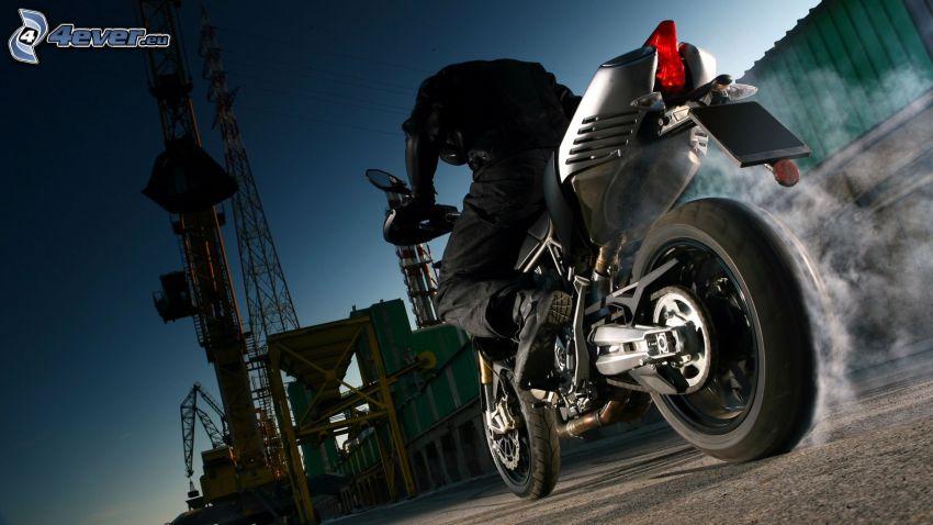 Aprilia SMV 750 Dorsoduro, burnout, motocyklista, fabryka, dym