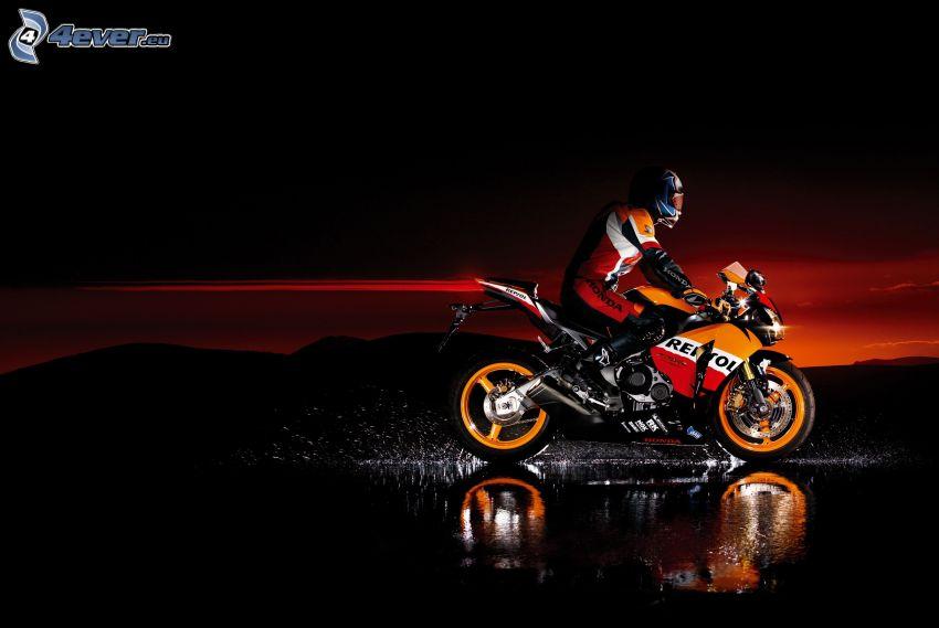 Honda CBR, motocyklista, woda, zorza wieczorna
