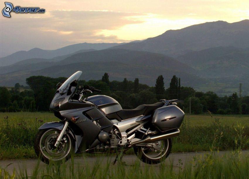 Yamaha, wzgórza, wieczór