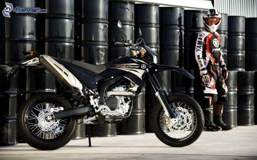 Yamaha WR125, motocyklista, beczki