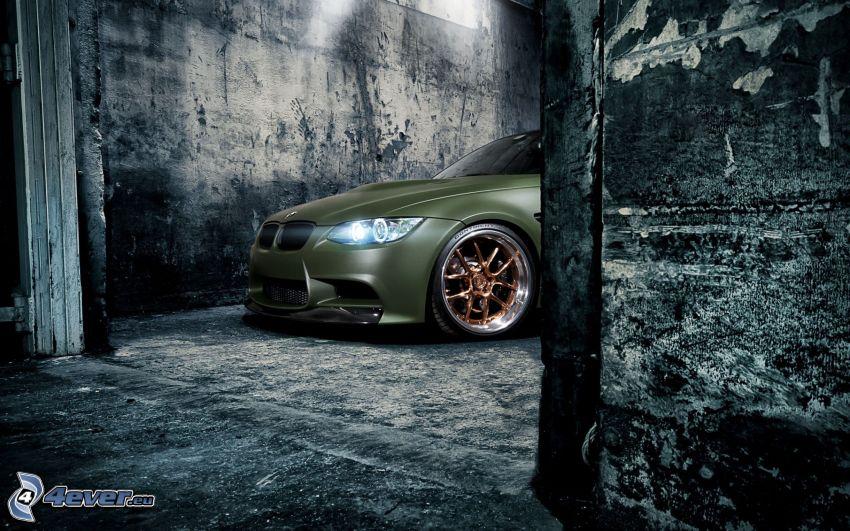 BMW M3, tuning, światło, stary mur