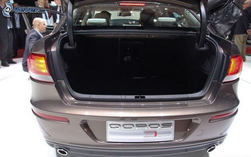 Qoros 3 Sedan, walizka, autosalon