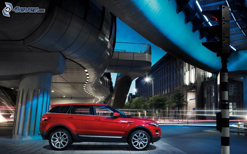 Range Rover Evoque, pod mostem, wieczór