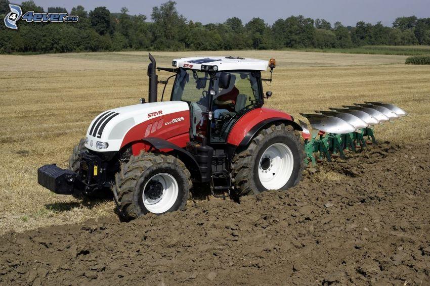 traktor na polu, ziemia, oranie