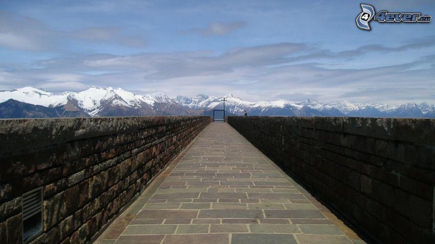 chodnik, mury, zaśnieżone góry