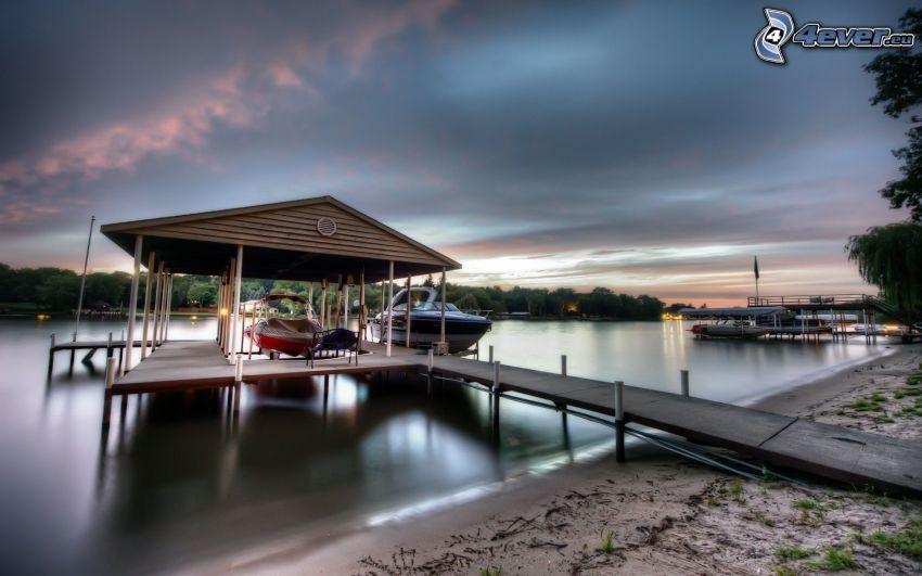 drewniane molo, jezioro, łódki, wieczór