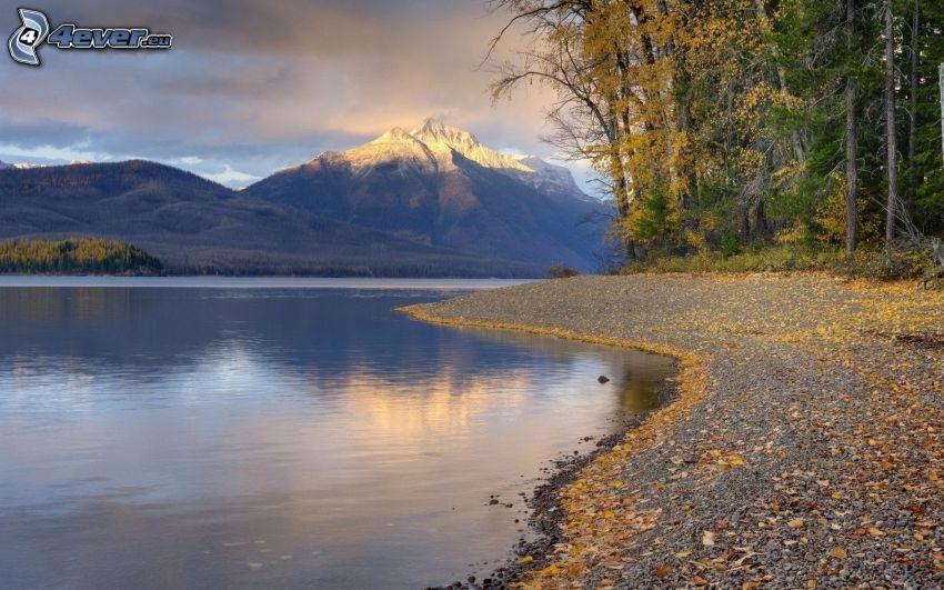 Glacier National Park, Montana, jezioro, góra, kolorowe drzewa, opadnięte liście