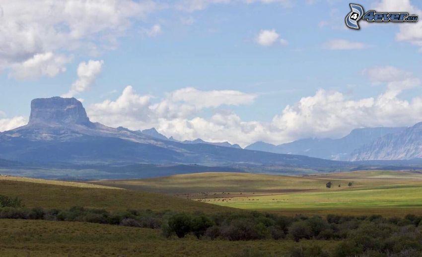 Chief Mountain, łąki, skały, chmury