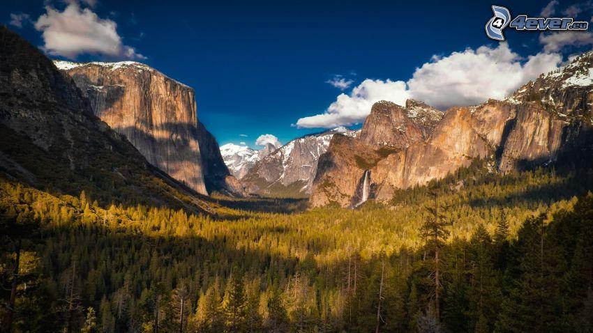 Dolina Yosemite, góry skaliste, śnieg, drzewa iglaste