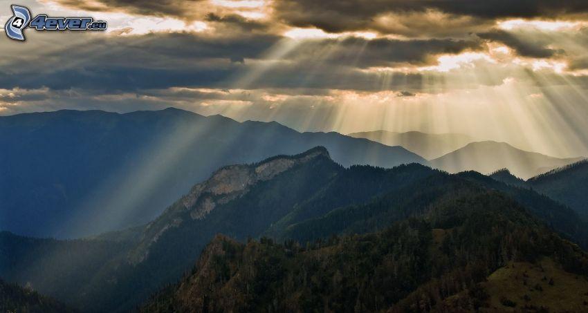 góry skaliste, drzewa, chmury, promienie słoneczne