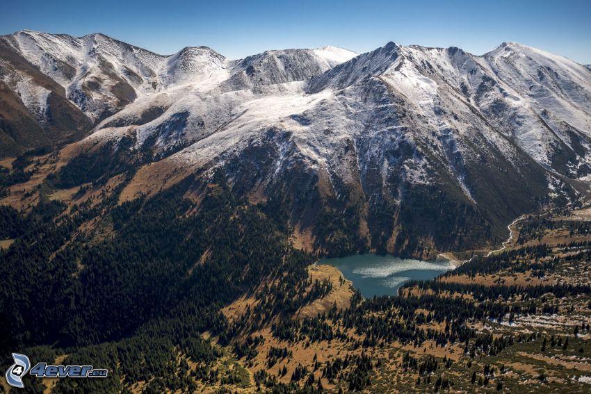 Kolsai Lakes, górskie jezioro, zaśnieżone pasmo górskie