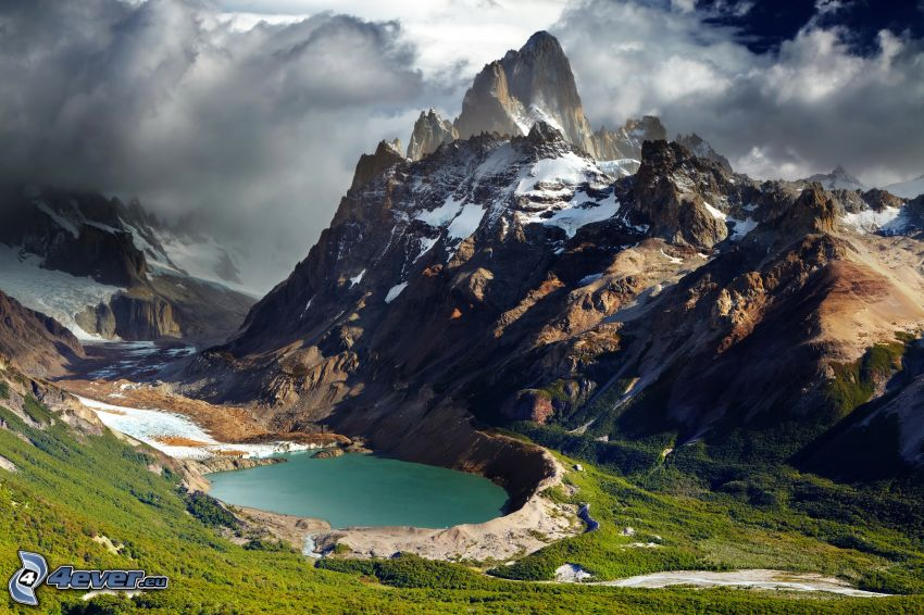 Mount Fitz Roy, górskie jezioro, góry skaliste, chmury