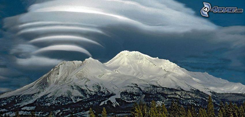 Mount Shasta, zaśnieżona góra, chmury